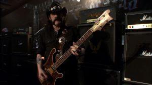Lemmy Kilmister soittaa bassoa