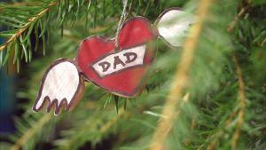 Dekorerat hjärta hängandes i grankvist