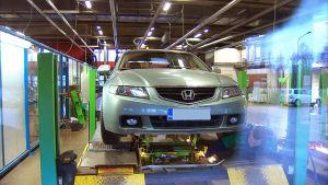 Honda.merkkinen auto katsastuksessa.