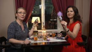 Petra Tandefelt och Pia-Marai Lehtola beundrar julgransprydnader i glas
