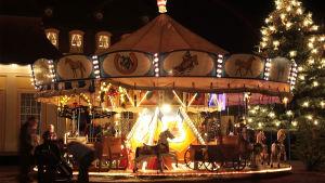Karusell på julmarknad i Tyskland.