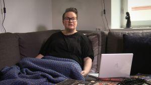 Sanna Tahvanainen i soffa