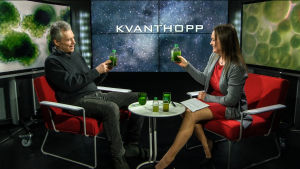 Professor Martin Romantschuk besökte Kvanthopps webbstudio och tog med sig ett antal algprover. Till höger redaktör Ulrica Fagerström.