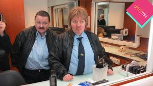 Minna Kivelä ja Jenny Lehtinen miehiksi pukeutuneina.