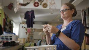 Marianne ordnar stickkurser.