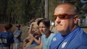 Valmentaja Marko Salo seuraa tiiviisti pelaajiensa esitystä.