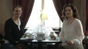Anna Hackman och Pia-Maria Lehtola sitter på ett café.