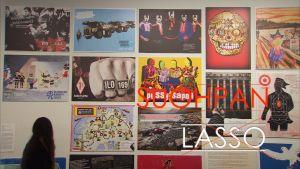 Konstnärsgruppen Suohpanterrors grafisk konst i Kiasmas utställning.
