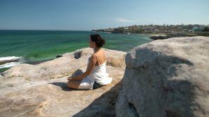 henrietta rannalla meditoi