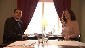 Vincent Vuillaume och Pia-Maria Lehtola sitter på ett café.