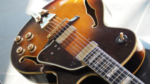 Veikki Virkajärven kvarttivireinen kitara.