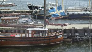 Purjelaivoja ja proomuja Djurgårdenin rannassa Tukholmassa