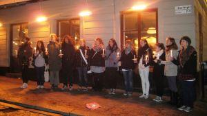 Lucia-kuorot kiertelevät kaupungilla laulamassa ja keräämässä rahaa hyväntekeväisyyteen.