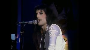 Freddie Mercury Hammersmith Odeonissa 1975. Kuva dokumentista Queen: From Rags to Riches. Myös konserttitaltiosta Queen: A Night at the Odeon.