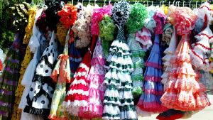 Naisten flamencoasuja vaaterekissä.