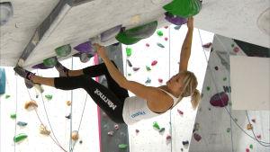 Sportklättraren Anna Laitinen på en bouldervägg, september 2016
