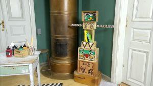Totempåle gjord av målade lådor.