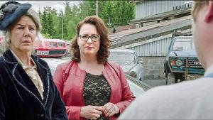Korjaamolla selvitellään vanhan auton kohtaloa. Rooleissa Synnöve Grahn-Temonen (Riitta Räty, vas.), Anita (Anna Haaranen) ja Jaska Alho (Janne Kataja).