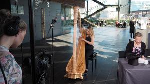 Harpisti Hilda Kunnola soittaa Kantapöydän suorassa lähetyksessä Musiikkitalon kahvilassa 5.10.2016.