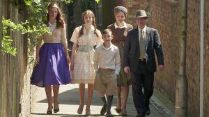 Robshaw'n perhe 1950-luvun asuissa sarjassa Ruoka-aikoja