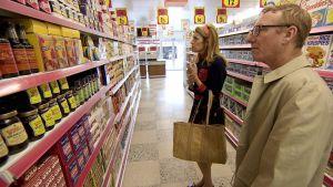 Äiti Rochelle ja isä Brandon Robshaw 60-luvun supermarketissa sarjassa Ruoka-aikoja