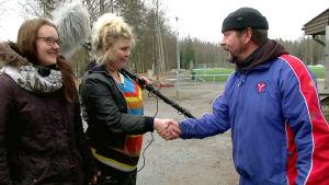 Reunalla-sarjan Kia ja Minea tapaavat Pate Mustajärven lyhytelokuvan kuvauksissa.