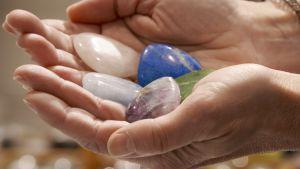 Olika sorters stenar i handen