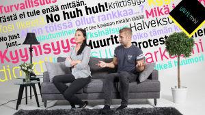 Pariskunta riitelee sohvalla