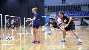 Mixed dubbel spel i badminton