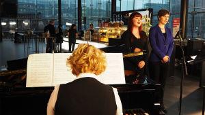 Sopraano Alina Koivula ja mezzosopraano Ylva Gruen sekä pianisti Laura Kivikoski Kantapöydässä 23.11.2016.