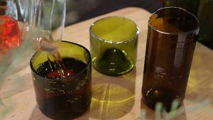 Kuvassa lasipulloista tehtyjä juomalaseja