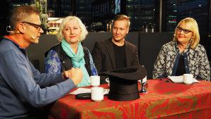 Oopperalaulaja Outi Kähkönen ja poikansa, musikaalitähti Petrus Kähkönen Vesa Kyötojan ja Helena Hannikaisen vieraina Kantapöydässä 23.11.2016