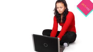 Murrosikäinen tyttö bloggaa