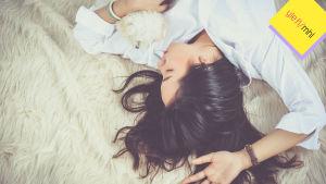 Teinityttö lepää lattialla