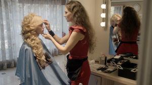 Kuvassa hiustaiteilija Natalia Hanina (oik.)