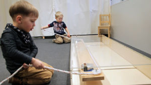Lapset tekevät psykologista testiä, jonka aiheena on yhteistyö