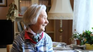 Dora Siivonen tittar ut genom fönstret.