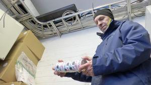 Tullinspektör Tuomo Kunnari i Torneå håller i ett torn snus i tullens förråd.