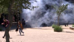 Opiskelijat juoksevat kampuksella poliisia karkuun