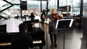 Anna-Marian pianistina Kantapöydän suorassa lähetyksessä oli Matilda Kärkkäinen.