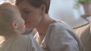 Maria Sundblom Lindberg kramas med ett av barnen.