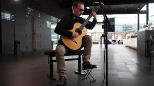 Kitaristi Taavi Kiviranta soittaa Kantapöydän suorassa lähetyksessä Musiikkitalon kahvilassa 1.3.2017.