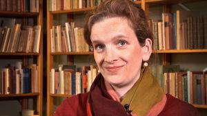 Tutkija Elke Albrecht SKS:n arkistossa.