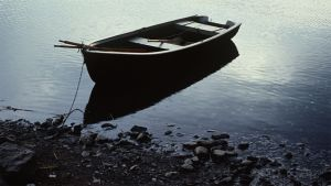 Yksinäinen soutuvene on paitsi runollinen myös vertauskuvallinen kuvituskuva.