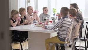 Barn från familjerna Sundblom Lindberg och Brännskär-Friberg vid köksbordet.