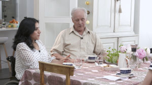 Midiya och Kalle Augustsson vid köksbordet