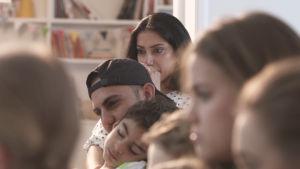 Midiya och Amanj med sonen i soffan.