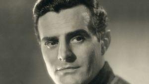 Mustavalkokuvassa näyttelijä Tauno Palo.