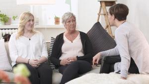 Hanna och Veronica Holmström samtalar med Maria Sundblom Lindberg.