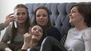 Maria Sundblom Lindberg med barnen i soffan.